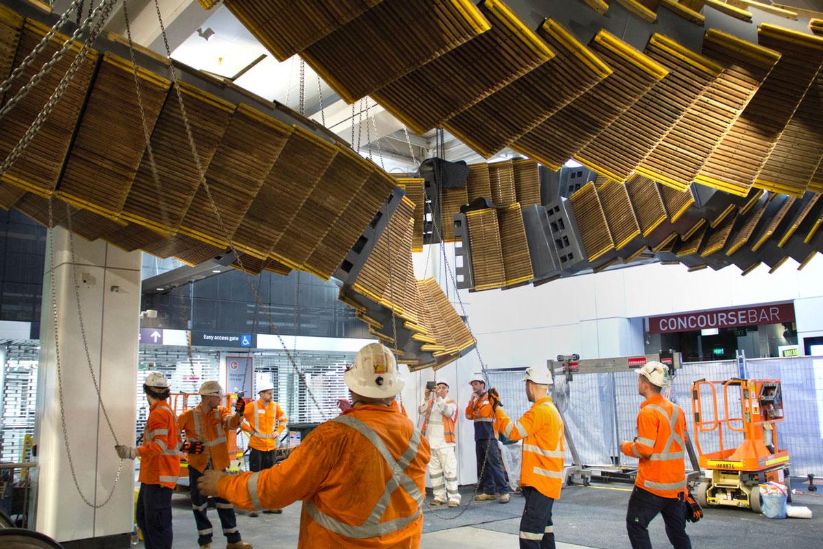 Inpresionante escalera de madera en la estación de trenes de Wynyard