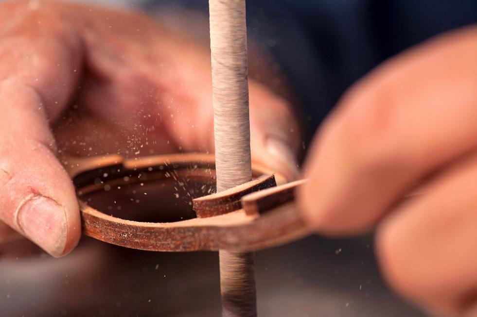 Manufactura artesanal de anteojos, en Karün.