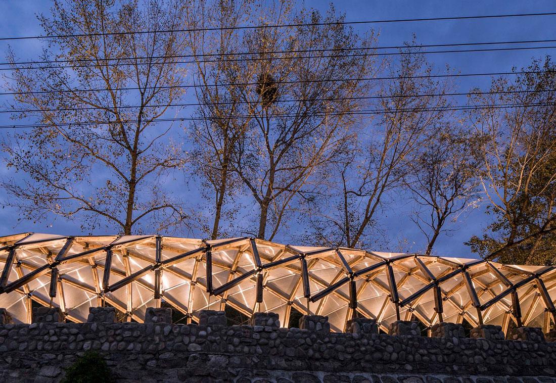 pérgola de madera reciclada da sombra y cobijo a los habitantes de un pequeño pueblo