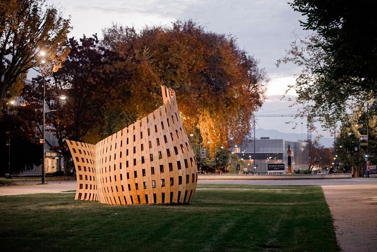 Banco de madera fabricado roboticamente