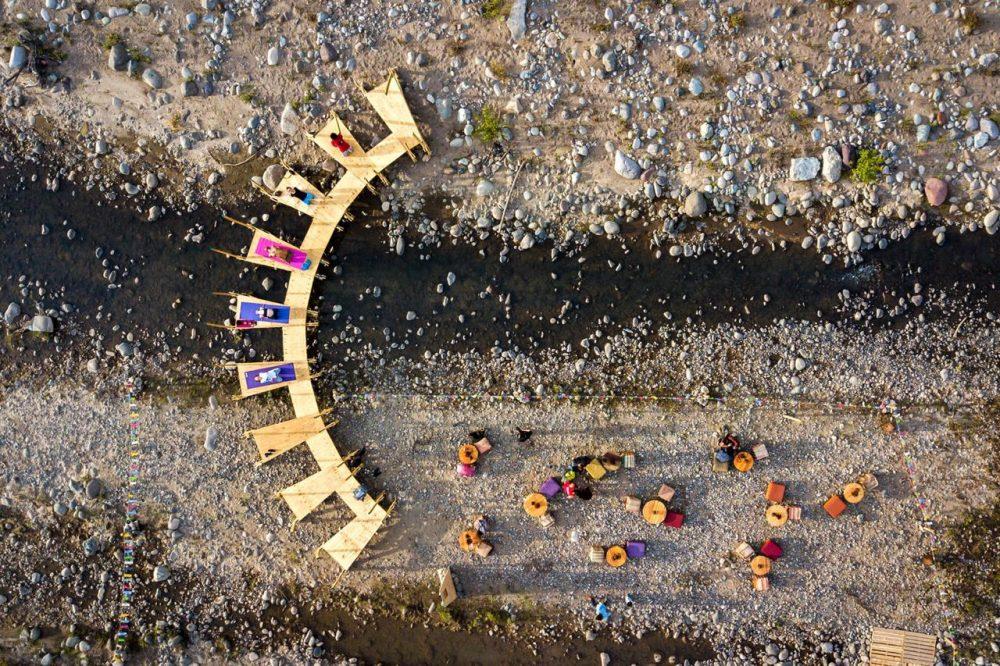 Estructura de madera para practicar yoga en Playa La Carmela