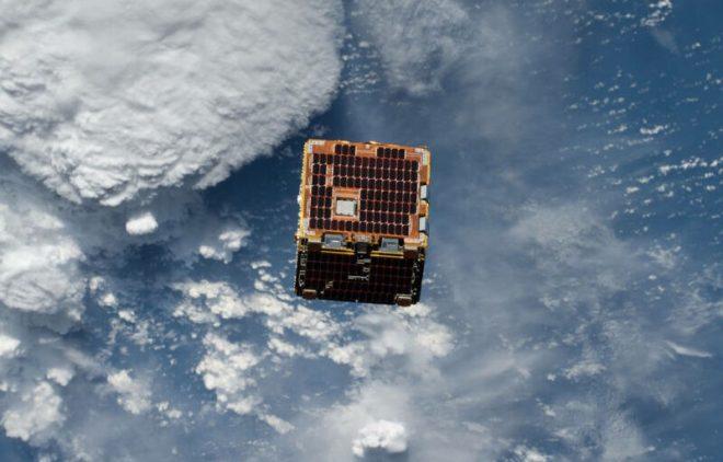 satelite de madera
